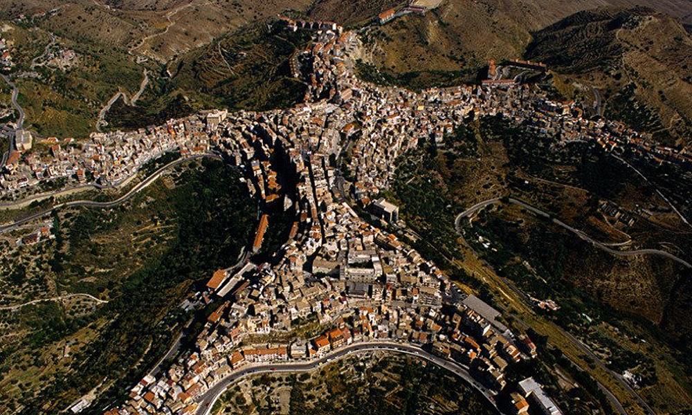 Kỳ lạ ngôi làng có hình dáng con người nằm trên đỉnh núi - Ảnh 5.