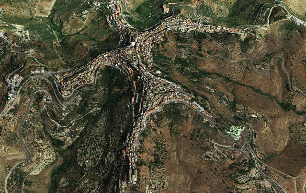 Kỳ lạ ngôi làng có hình dáng con người nằm trên đỉnh núi - Ảnh 6.