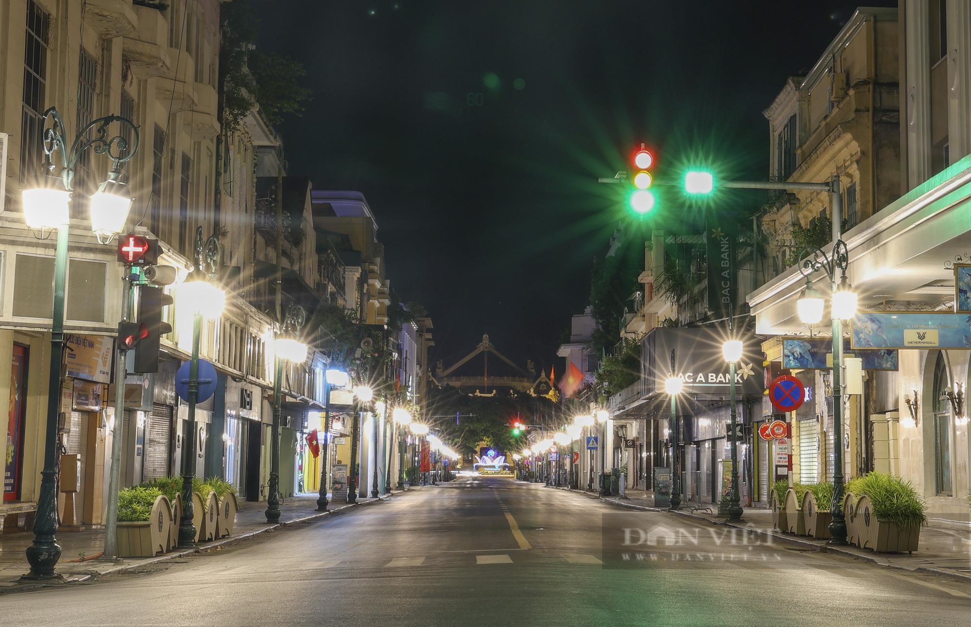 Giãn cách xã hội: Hà Nội vắng lặng, yên bình lúc về đêm - Ảnh 2.