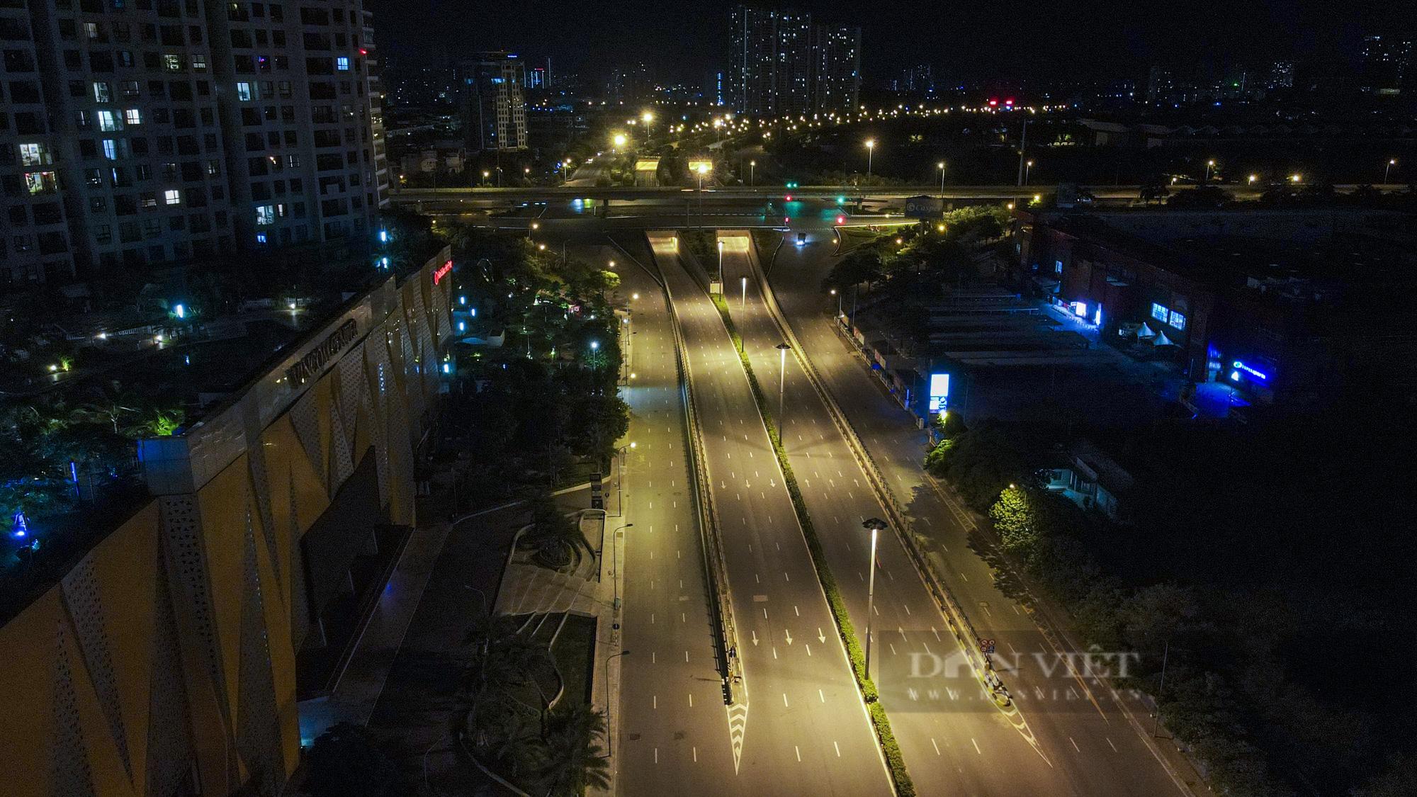 Giãn cách xã hội: Hà Nội vắng lặng, yên bình lúc về đêm - Ảnh 9.