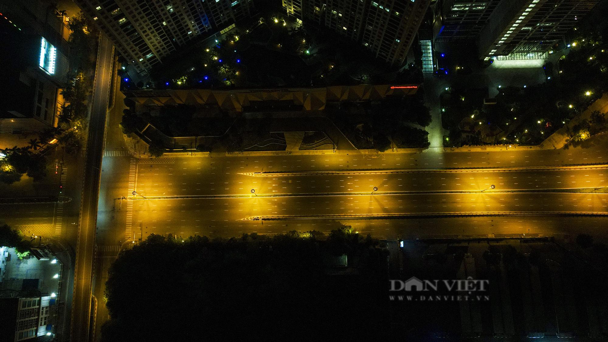 Giãn cách xã hội: Hà Nội vắng lặng, yên bình lúc về đêm - Ảnh 11.