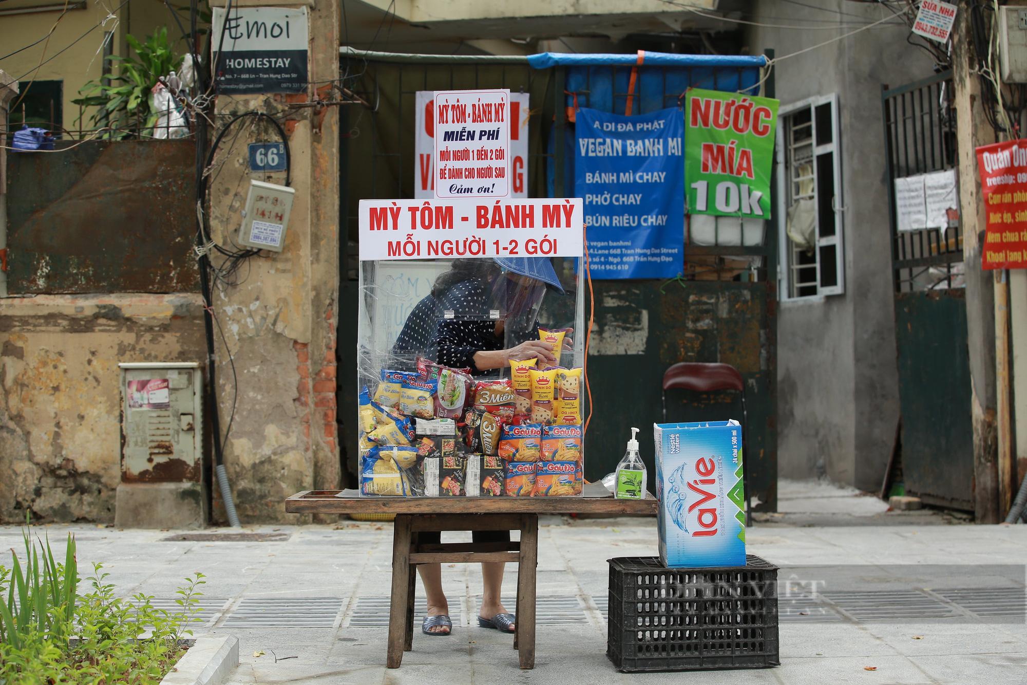 Ấm lòng tủ mì tôm, nước lọc miễn phí cho người khó khăn bên hè phố Hà Nội - Ảnh 1.