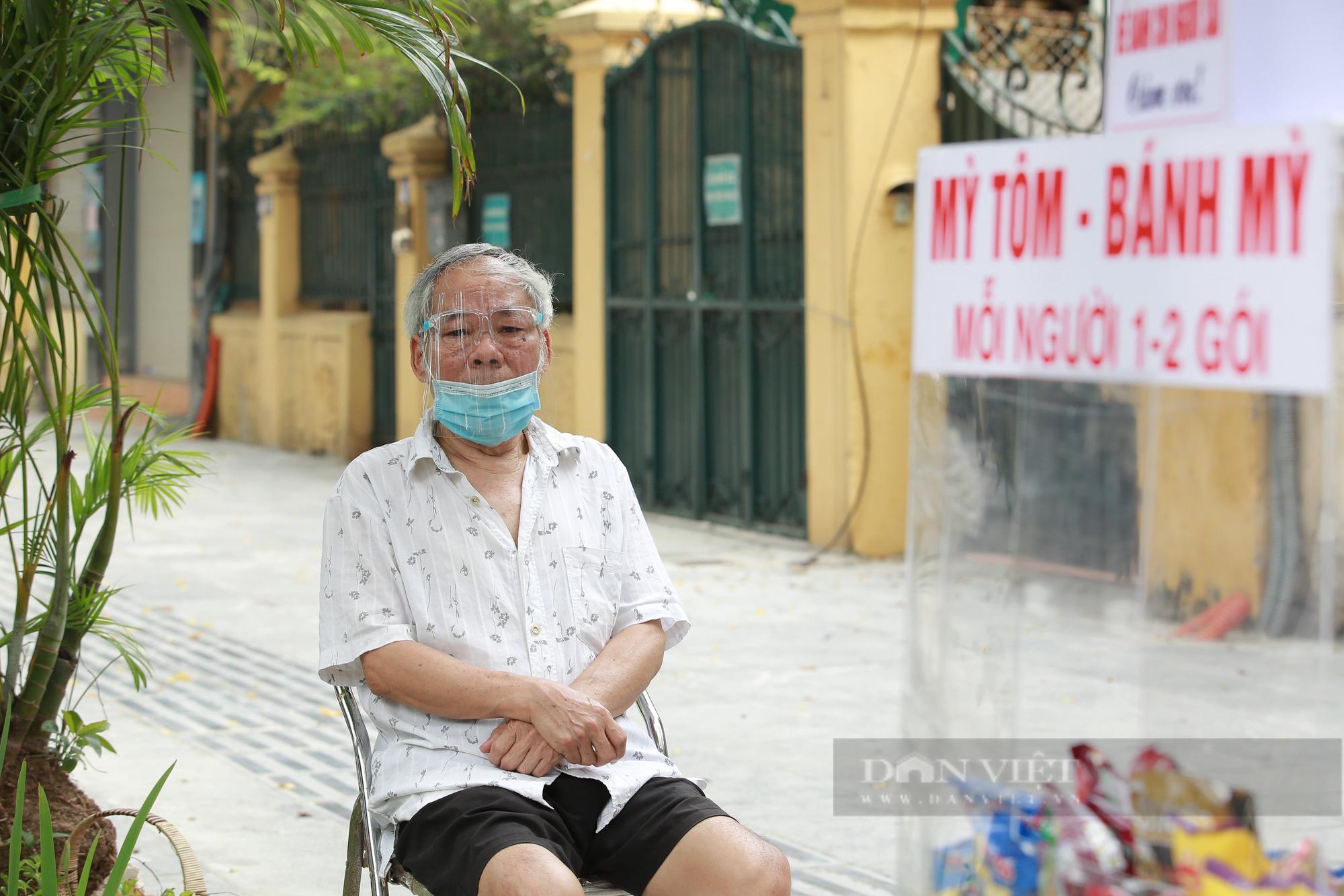 Ấm lòng tủ mì tôm, nước lọc miễn phí cho người khó khăn bên hè phố Hà Nội - Ảnh 3.
