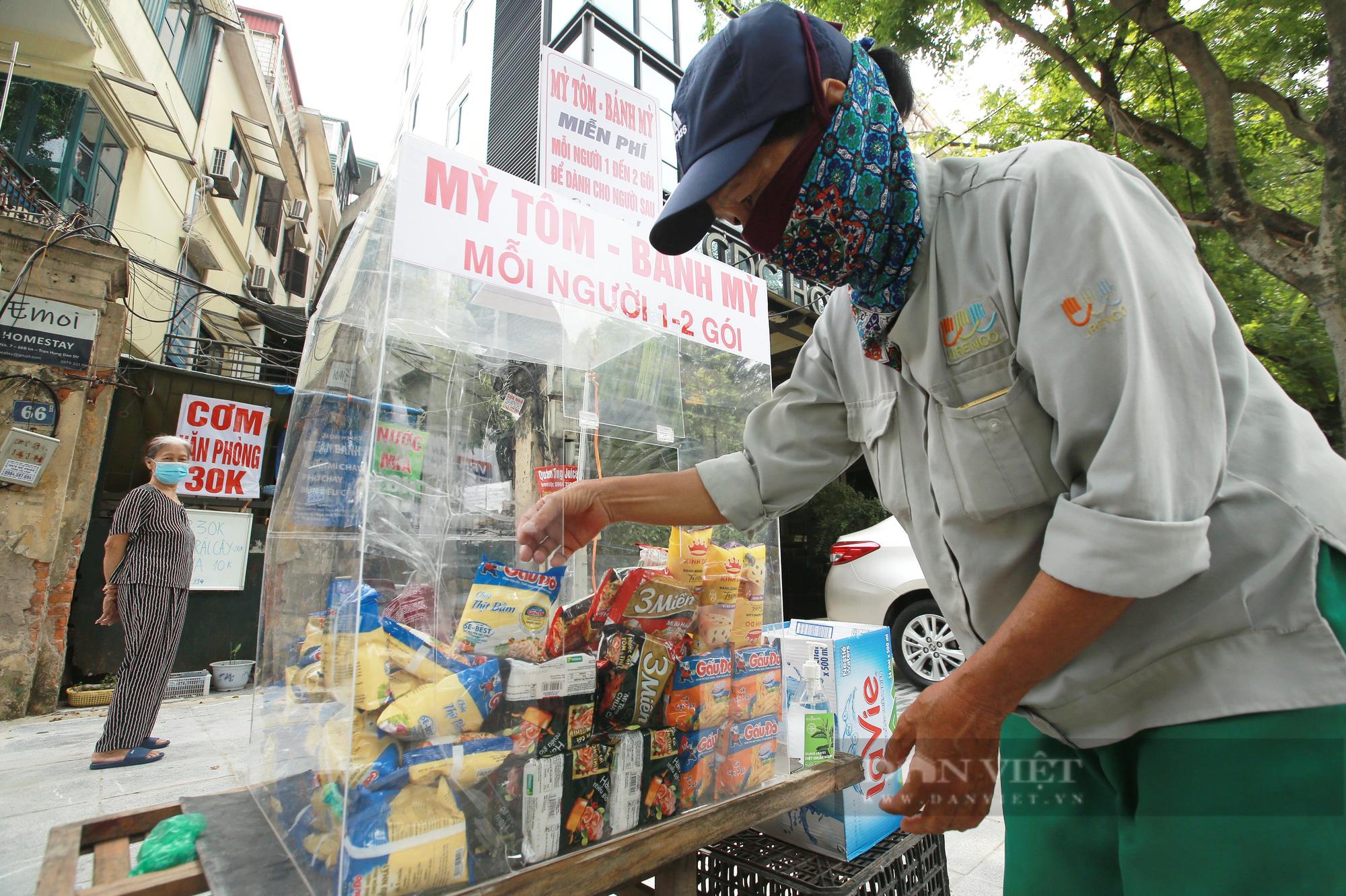 Ấm lòng tủ mì tôm, nước lọc miễn phí cho người khó khăn bên hè phố Hà Nội - Ảnh 4.