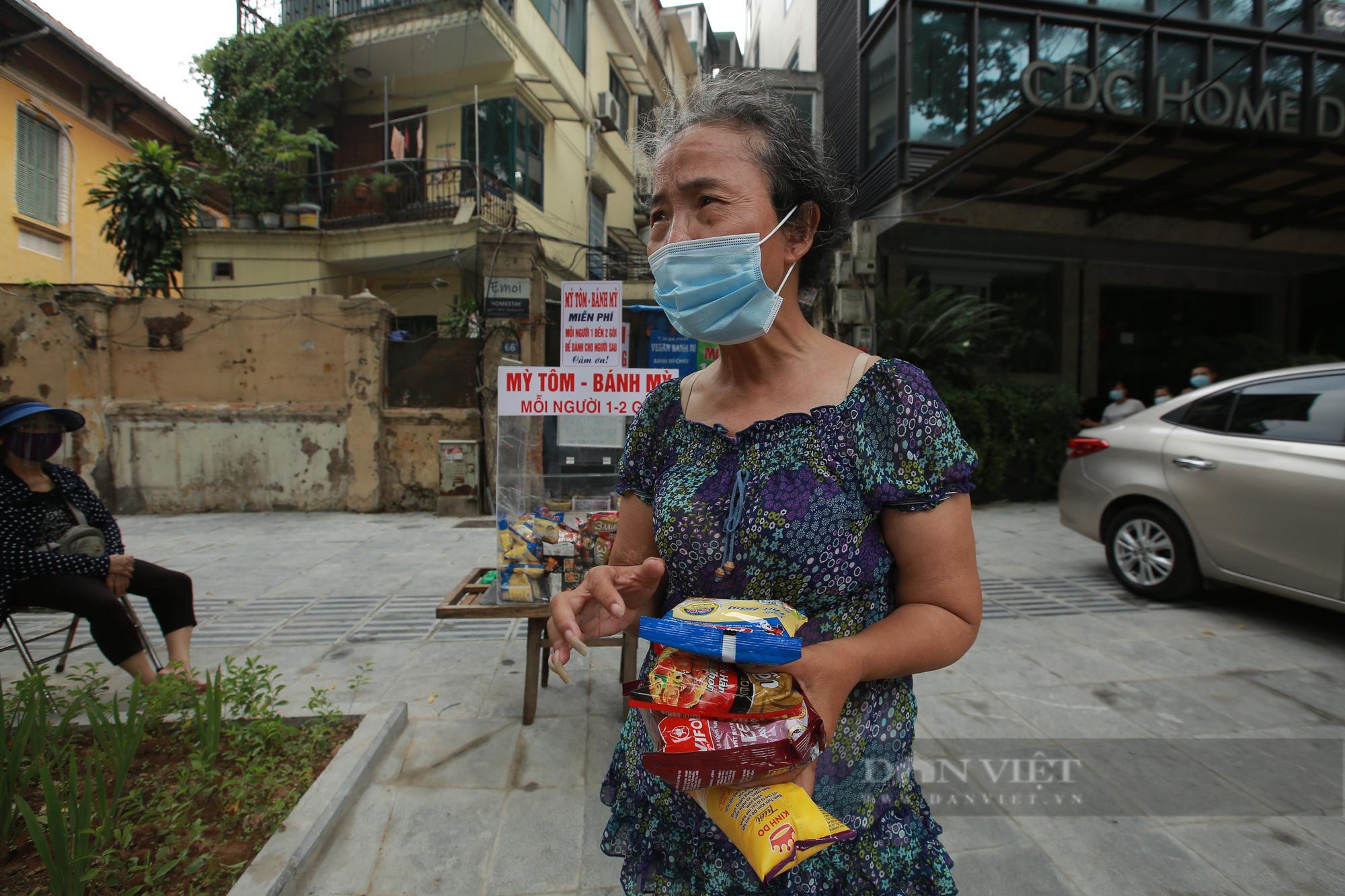 Ấm lòng tủ mì tôm, nước lọc miễn phí cho người khó khăn bên hè phố Hà Nội - Ảnh 5.