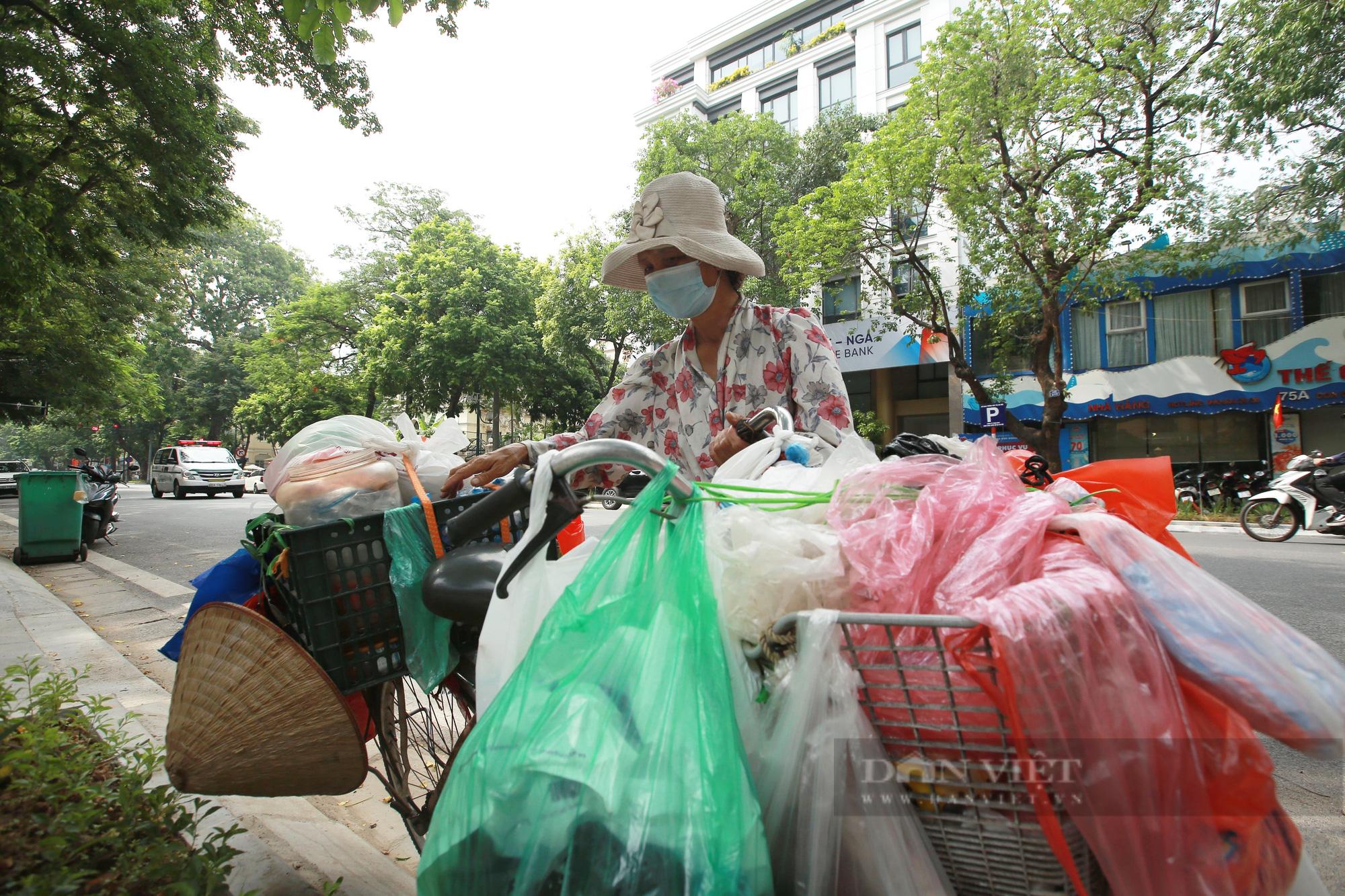 Ấm lòng tủ mì tôm, nước lọc miễn phí cho người khó khăn bên hè phố Hà Nội - Ảnh 6.
