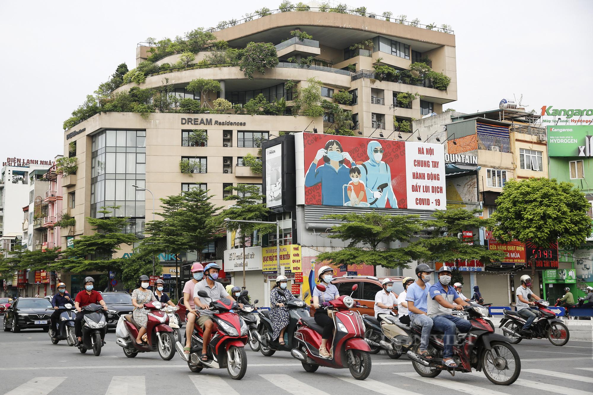 Đường phố Hà Nội xuất hiện những thông điệp tiếp thêm sức mạnh trong công tác phòng, chống Covid-19  - Ảnh 10.