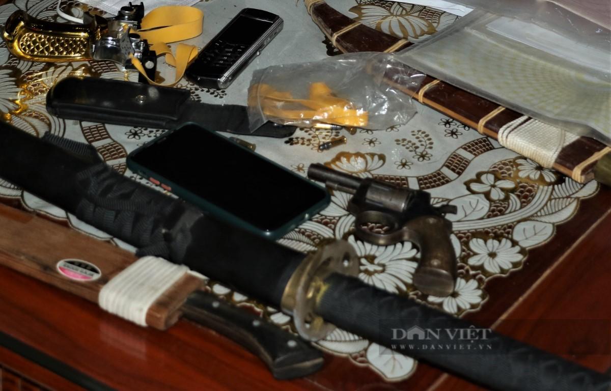 Bắt nóng đối tượng cho vay nặng lãi, thu giữ súng quân dụng trái phép - Ảnh 2.