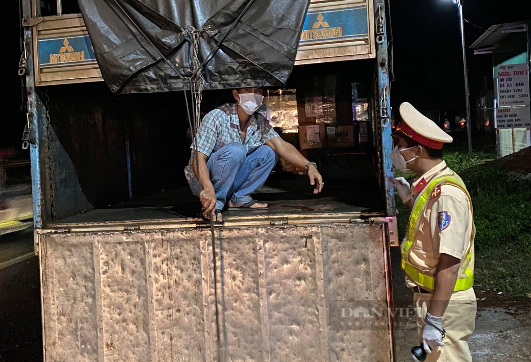 Đắk Nông: Xử phạt tài xế và người trốn trên thùng xe để trốn chốt kiểm soát dịch Covid-19 - Ảnh 2.