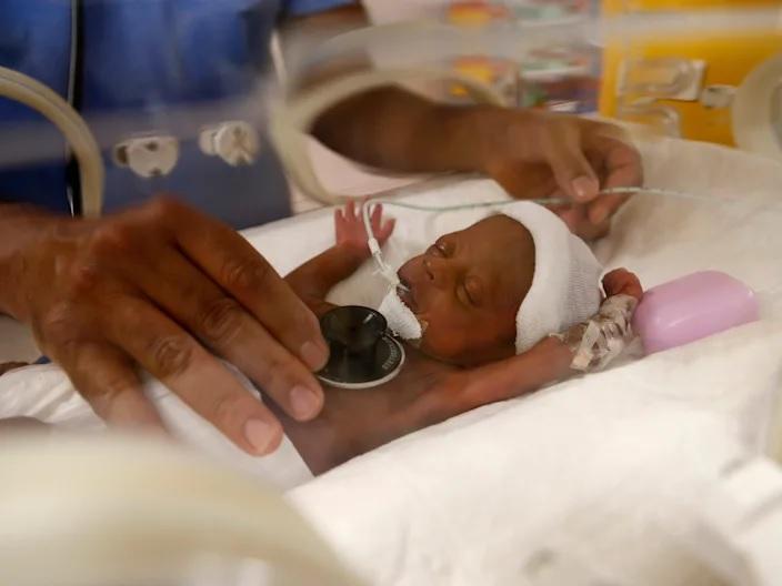 Bà mẹ 26 tuổi sinh 9 em bé, khi mang thai bụng nặng tới 30kg - Ảnh 1.