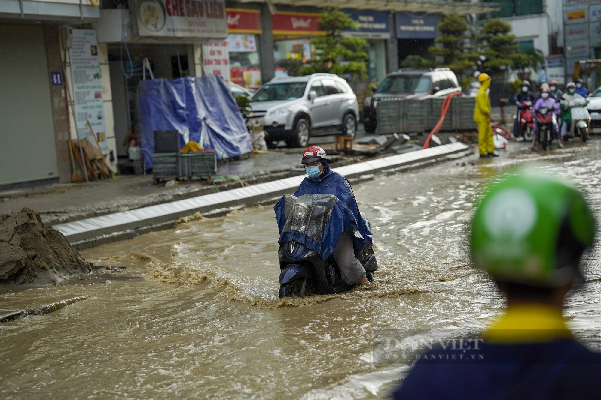 Cơn mưa chiều khiến Hà Nội chìm trong nước - Ảnh 2.