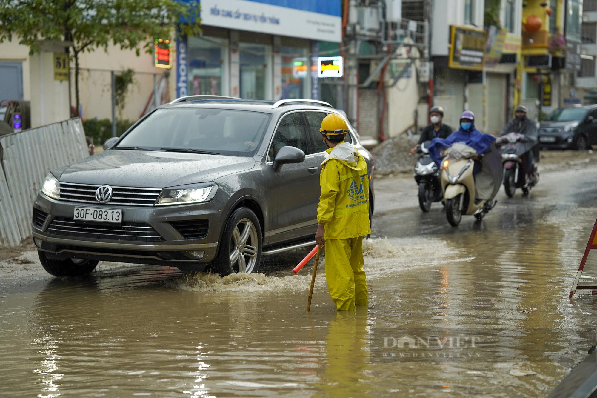 Cơn mưa chiều khiến Hà Nội chìm trong nước - Ảnh 3.