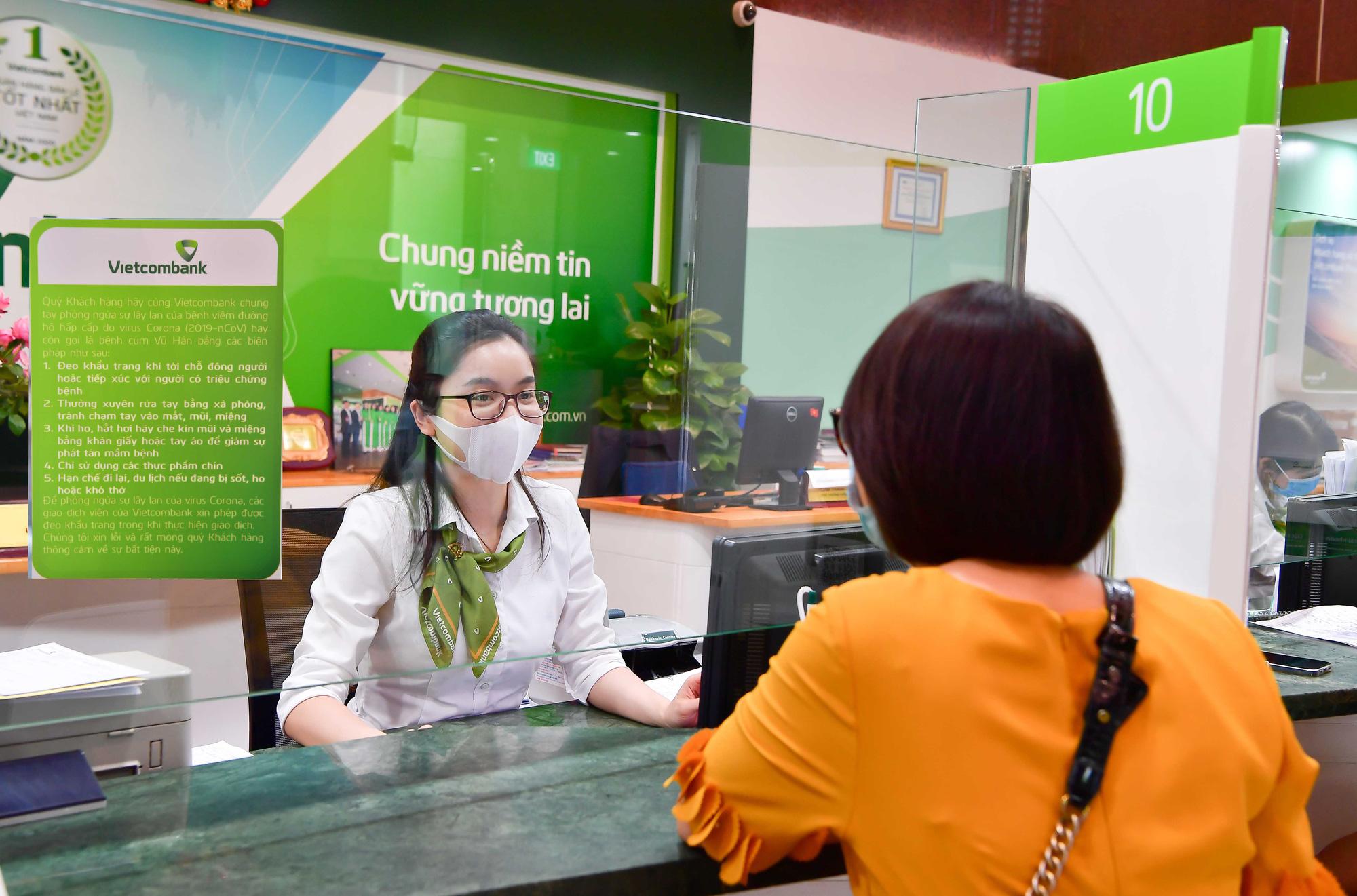 Thu dịch vụ tăng mạnh, Vietcombank lãi sau thuế hơn 10.000 tỷ và nợ xấu lộ diện - Ảnh 1.