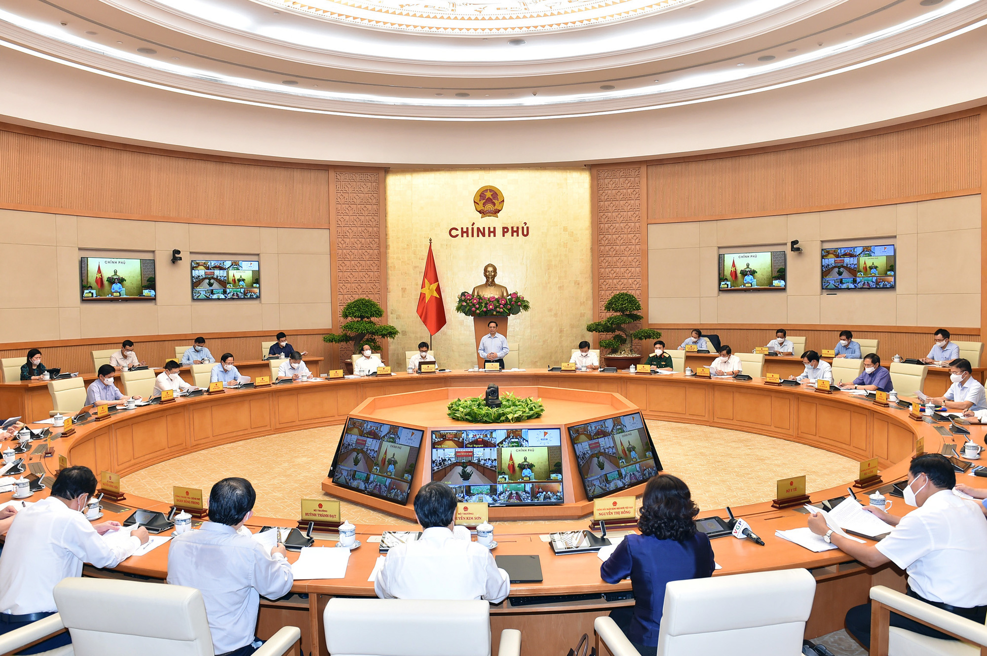 Thực hiện cách ly, giãn cách, Thủ tướng yêu cầu thực hiện nghiêm nhưng phải đáp ứng 3 nhu cầu quan trọng của dân - Ảnh 2.