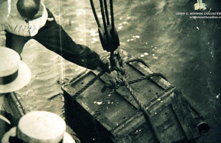 Lật tẩy màn ảo thuật kinh điển: Còng tay nhốt trong thùng kín - Ảnh 2.