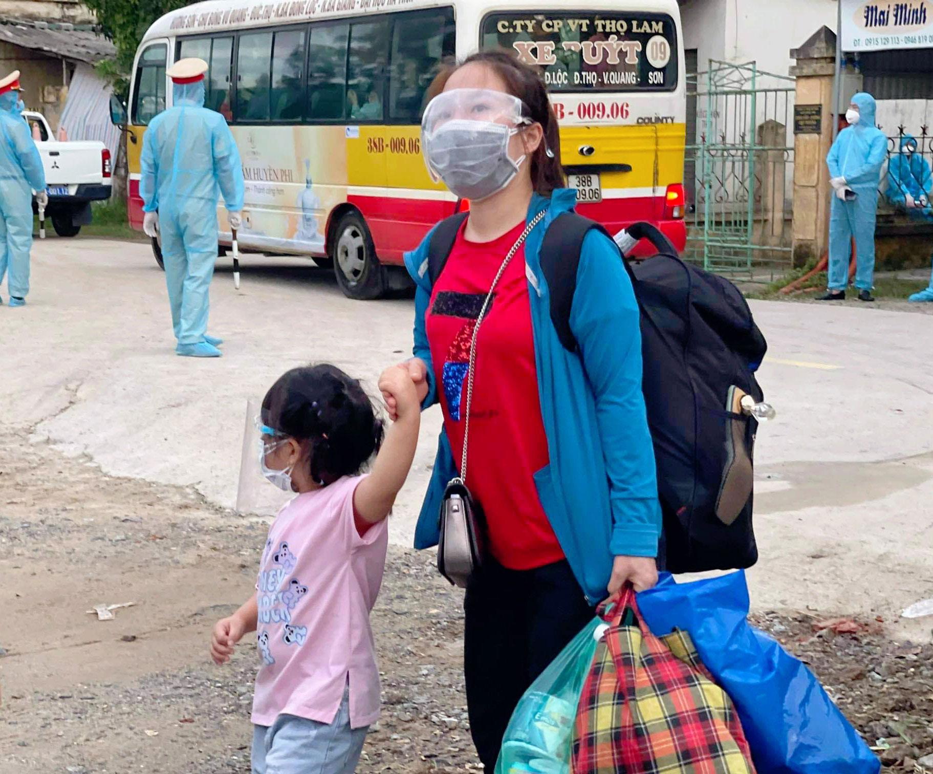 Chủ tịch UBND tỉnh Hà Tĩnh Võ Trọng Hải: '5 chuyến bay đưa khoảng 1.000 người Hà Tĩnh về quê nhà' - Ảnh 2.