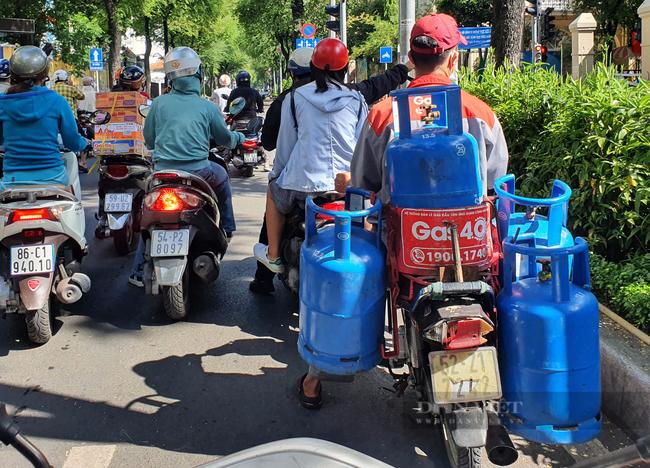 Giá gas tăng 12.000 đồng/bình, mua bình 12kg mất 440.000 đồng - Ảnh 1.