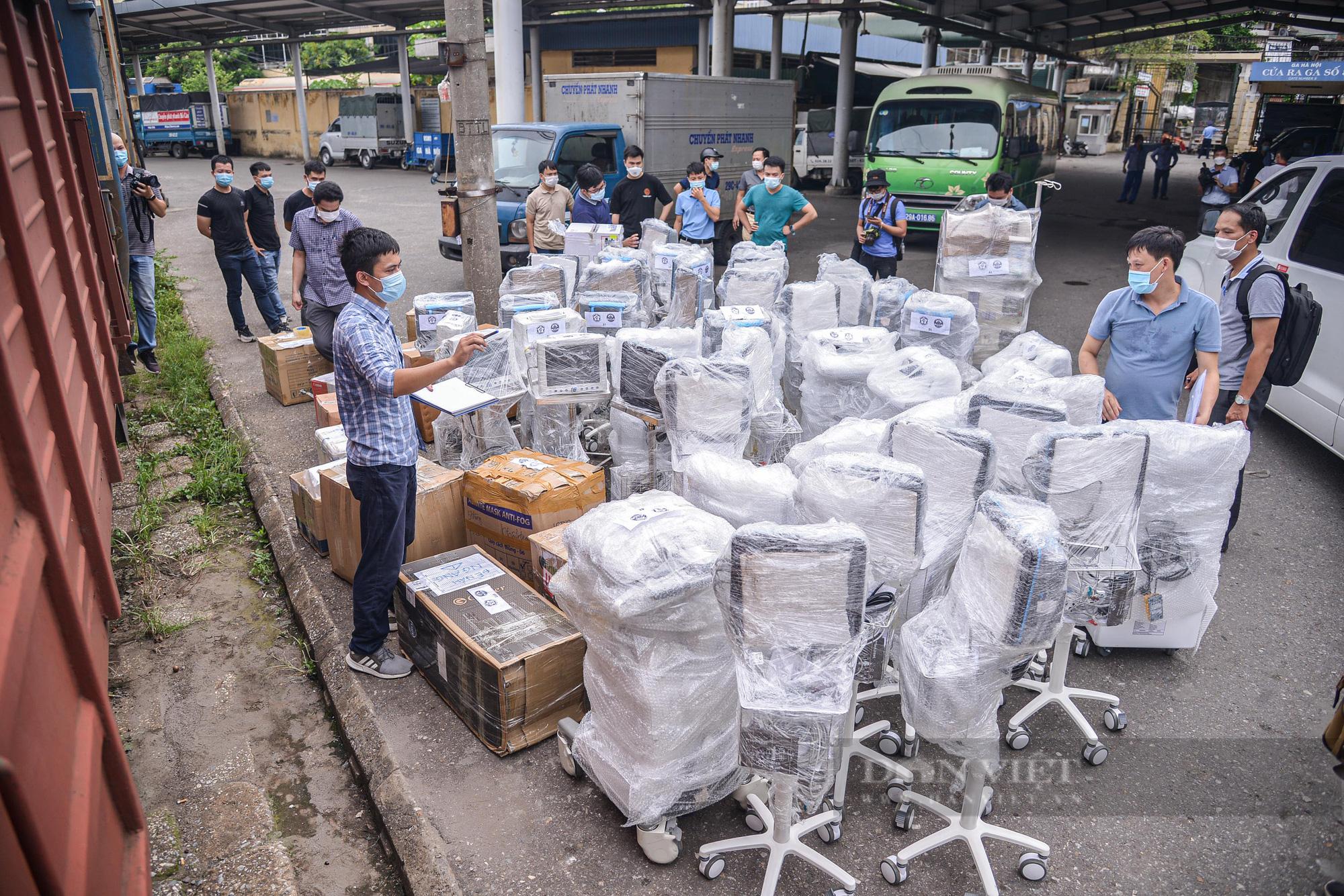 Cận cảnh chuyến tàu đặc biệt chở nhiều trang thiết bị y tế vào hỗ trợ Tp. Hồ Chí Minh  - Ảnh 1.