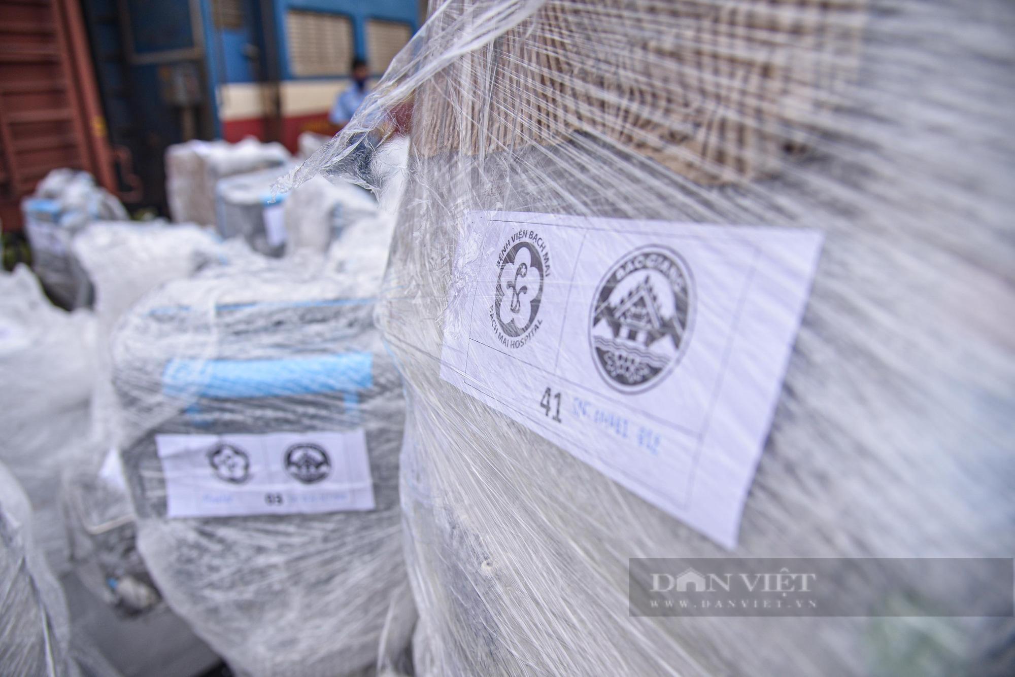 Cận cảnh chuyến tàu đặc biệt chở nhiều trang thiết bị y tế vào hỗ trợ Tp. Hồ Chí Minh  - Ảnh 5.