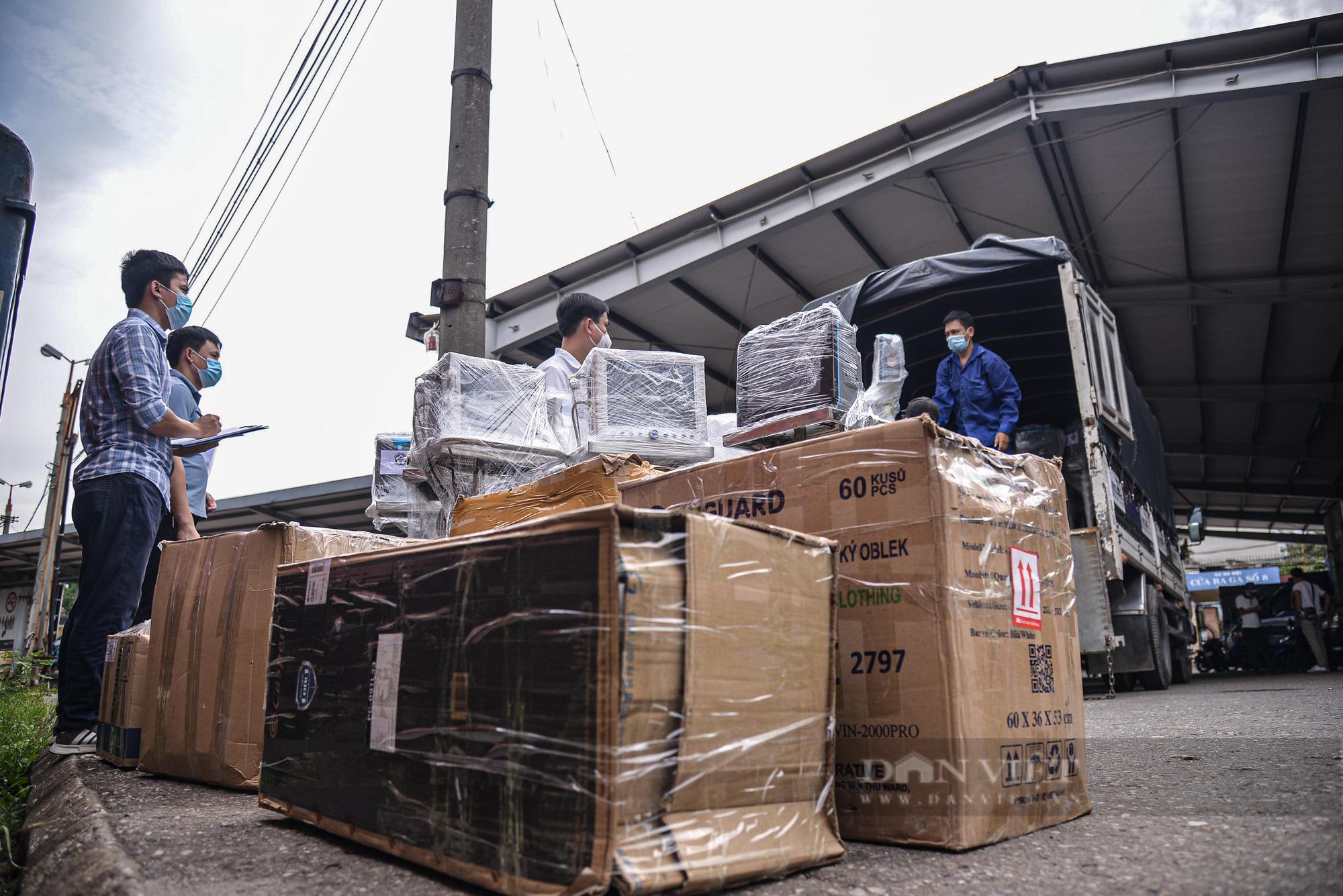 Cận cảnh chuyến tàu đặc biệt chở nhiều trang thiết bị y tế vào hỗ trợ Tp. Hồ Chí Minh  - Ảnh 8.