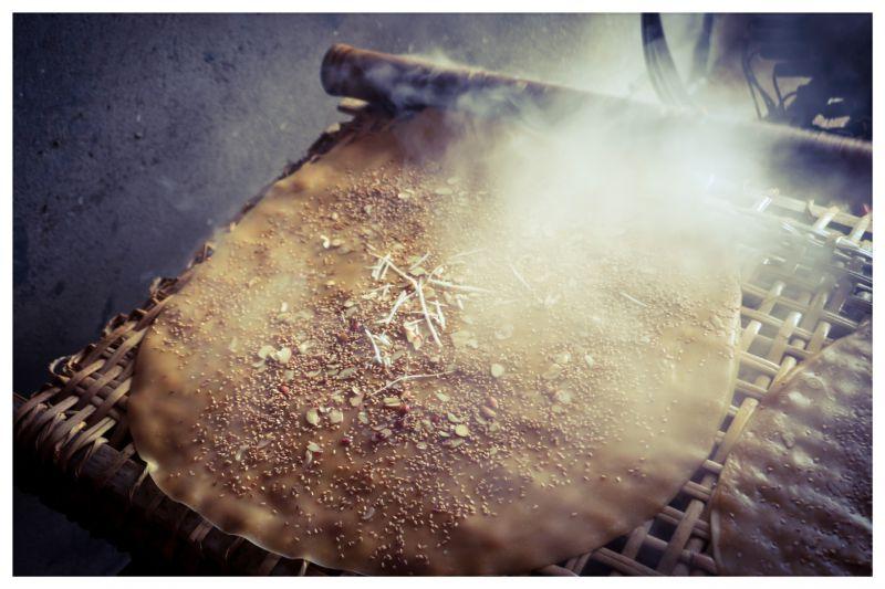 Bắc Giang: Ở ngôi làng làm ra thứ bánh đặc sản ăn giòn tan và thứ bánh để gói cái gì cũng được - Ảnh 2.