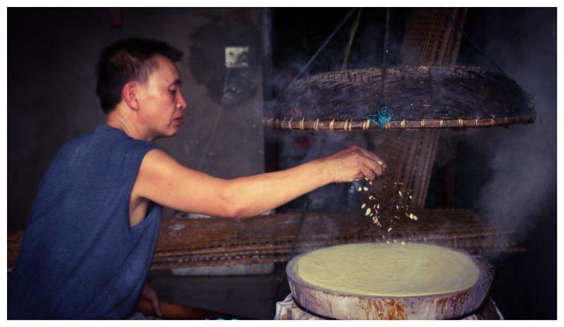 Bắc Giang: Ở ngôi làng làm ra thứ bánh đặc sản ăn giòn tan và thứ bánh để gói cái gì cũng được - Ảnh 1.