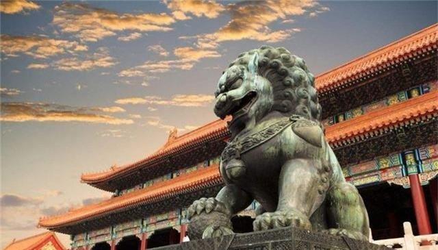 Vì sao đôi sư tử ở cung Càn Thanh trong Tử Cấm Thành lại... cụp tai? - Ảnh 1.