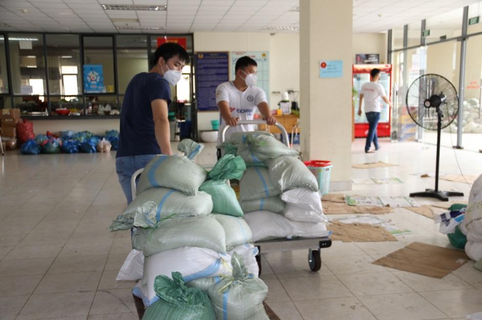 Ấm lòng mùa dịch: Gần 68 tấn nhu yếu phẩm từ Thanh Hoá gửi tặng Công an TP.HCM - Ảnh 4.