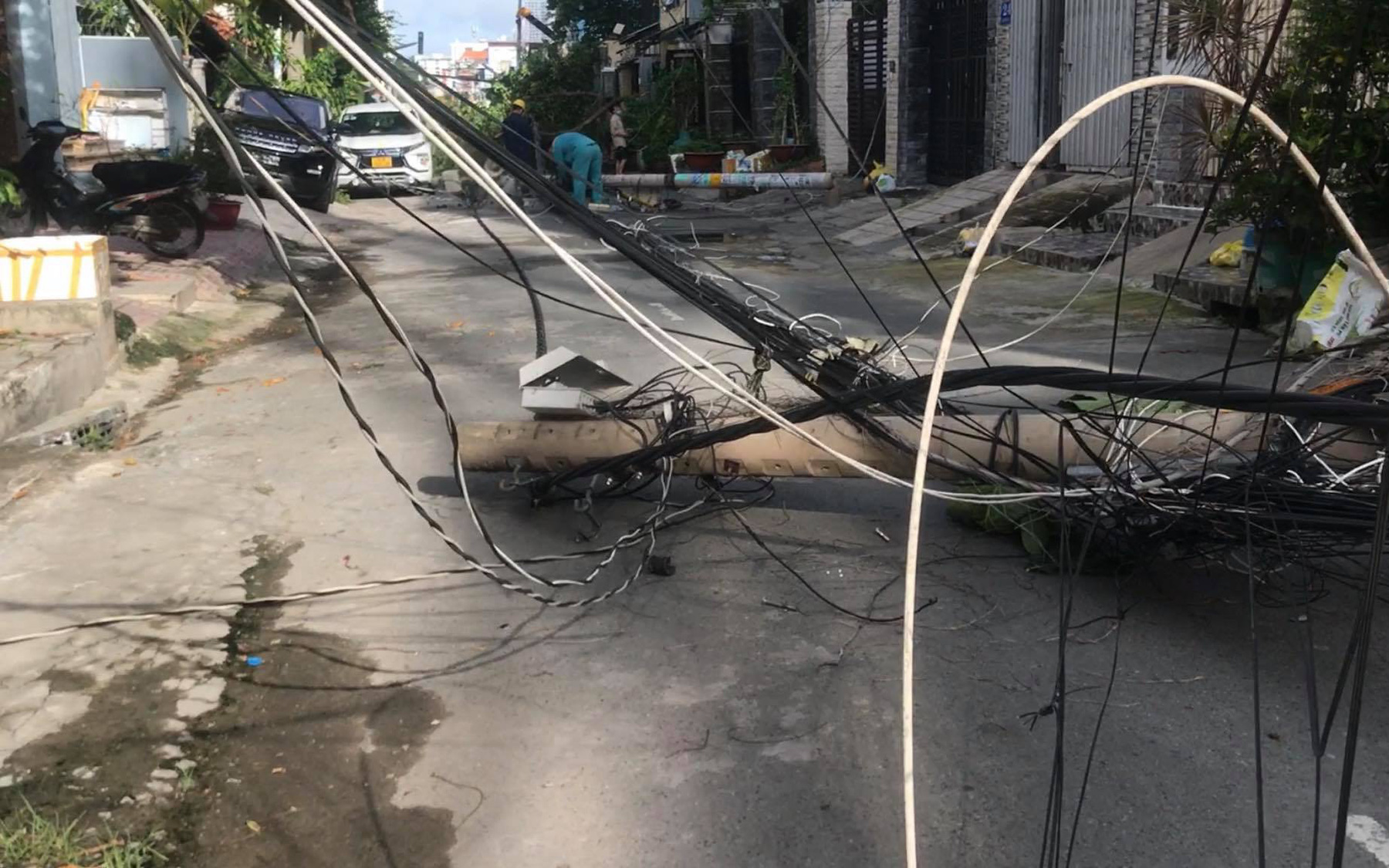 TP.HCM: Thùng container bị vướng, kéo đổ hàng loạt trụ điện trên đường