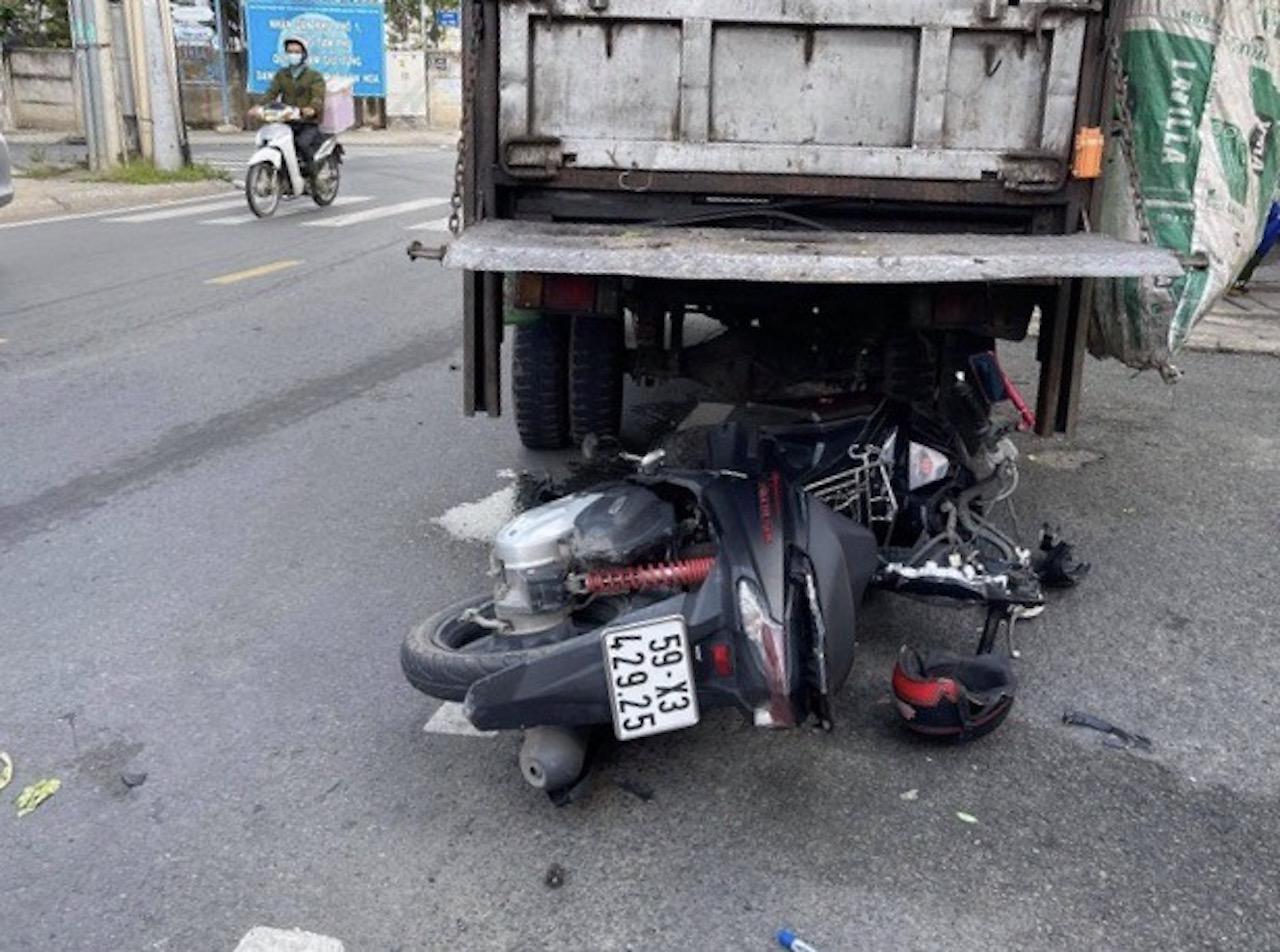 TP.HCM: Tông vào đuôi xe chở rác đậu bên đường, một người đàn ông chết thảm - Ảnh 1.
