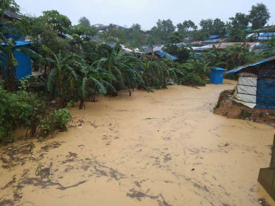 Hàng nghìn người Bangladesh phải di dời khi lũ lụt ập đến  - Ảnh 1.