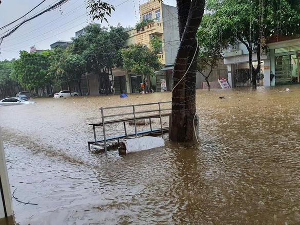 Mưa lớn khiến nhiều tuyến đường tại thành phố Lào Cai ngập trong biển nước - Ảnh 3.