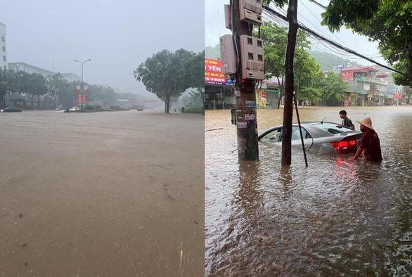 Mưa lớn khiến nhiều tuyến đường tại thành phố Lào Cai ngập trong biển nước - Ảnh 4.
