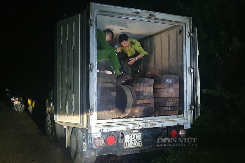 Hà Giang: Bắt giữ 278 khúc gỗ nghiến dạng thớt sau loạt bài điều tra của Dân Việt - Ảnh 1.