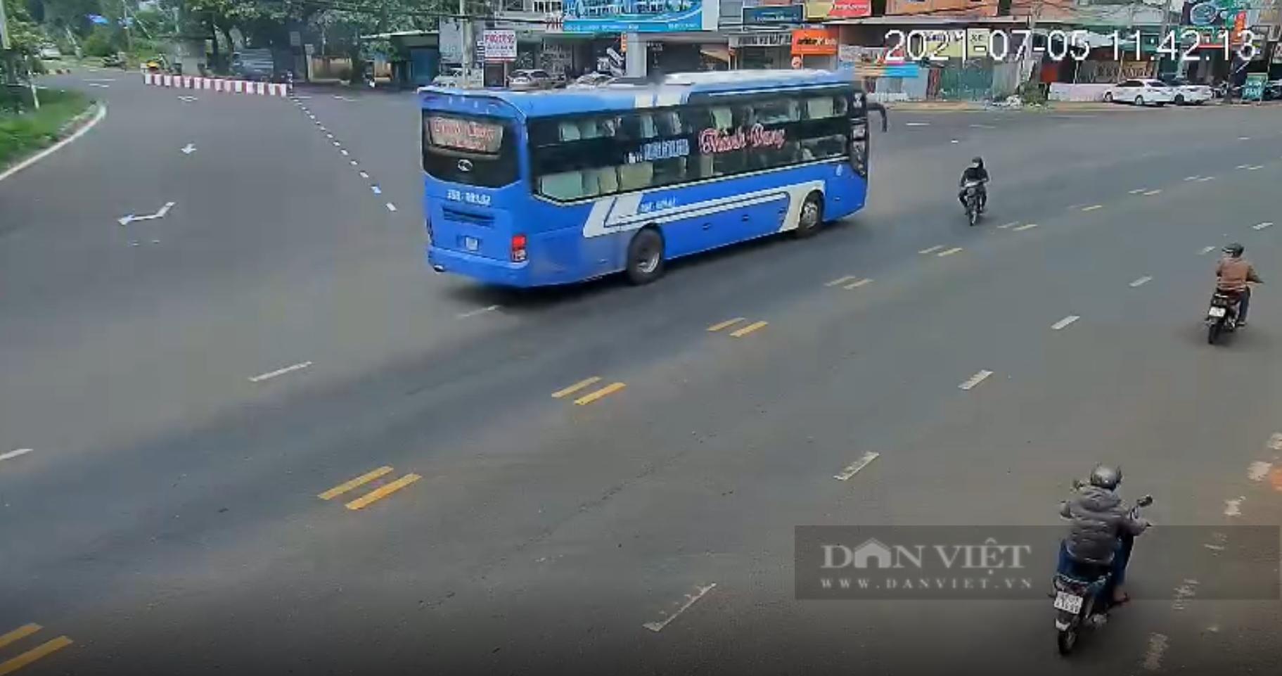 Video: Hốt hoảng với pha vượt ẩu của tài xế xe khách trên Quốc lộ 20 - Ảnh 3.