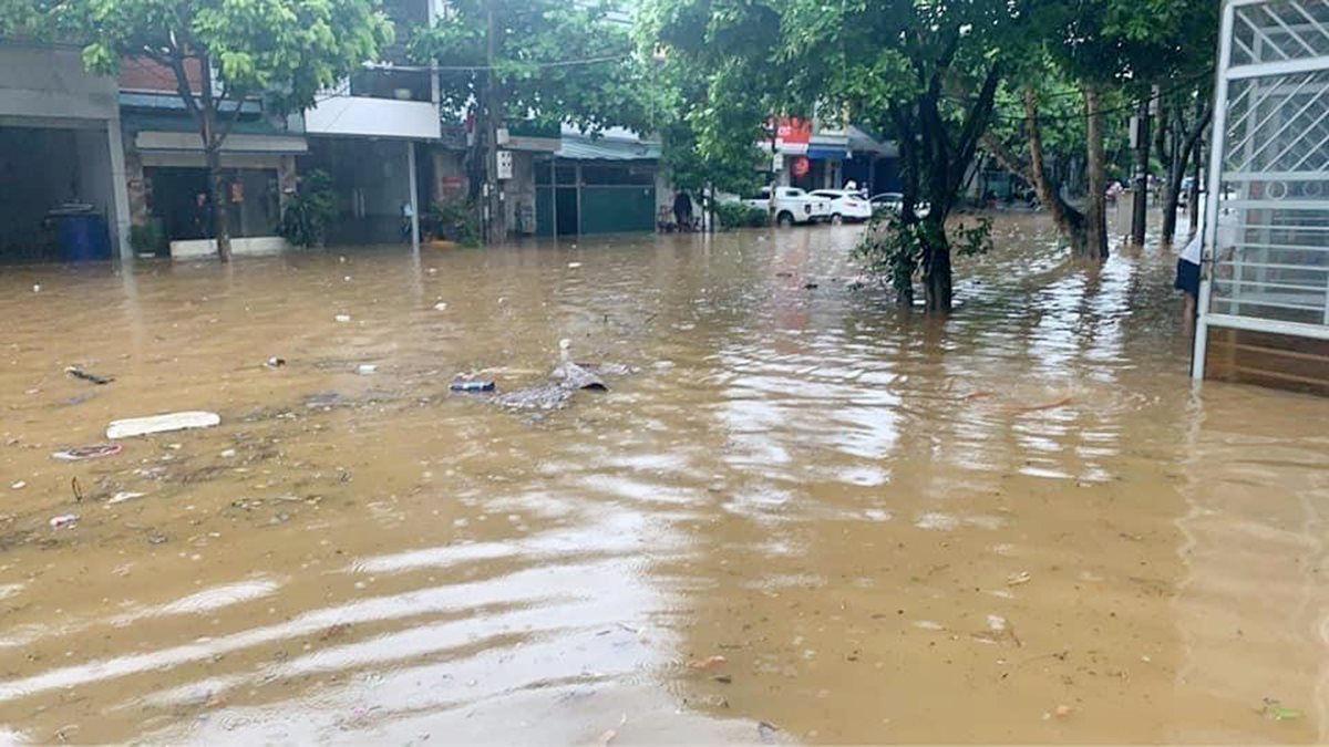 Mưa lớn khiến nhiều tuyến đường tại thành phố Lào Cai ngập trong biển nước - Ảnh 5.