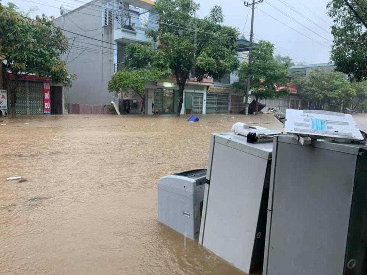 Mưa lớn khiến nhiều tuyến đường tại thành phố Lào Cai ngập trong biển nước - Ảnh 6.