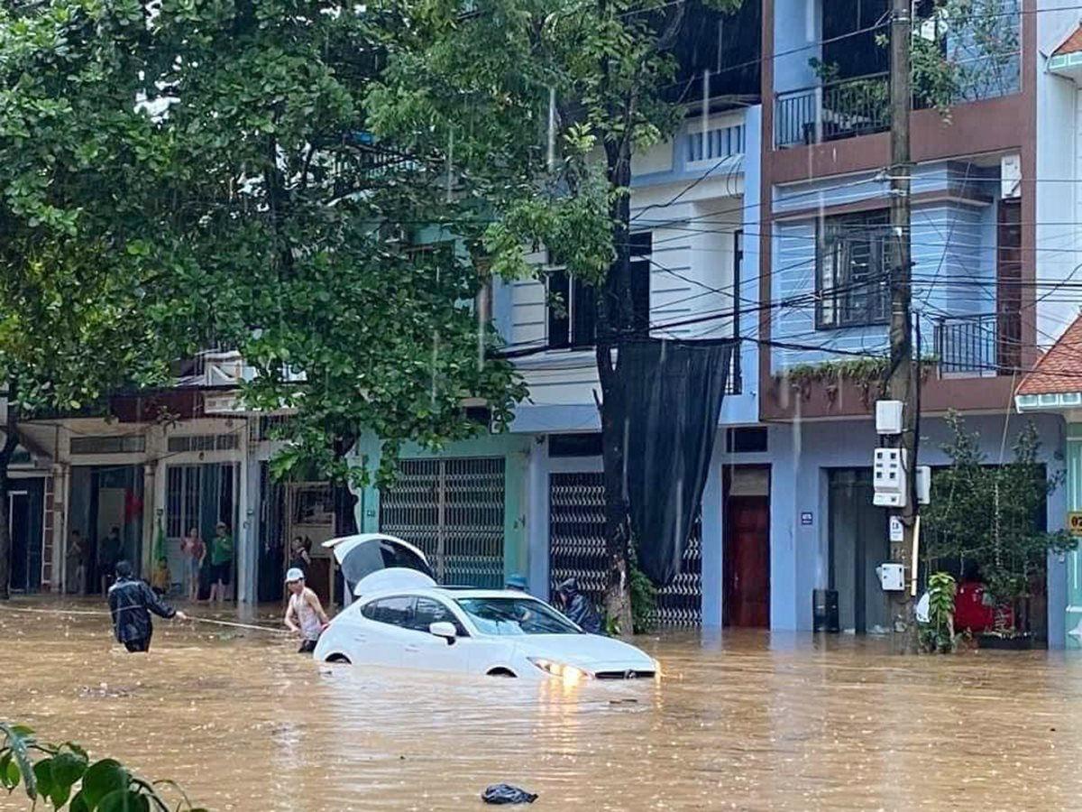 Mưa lớn khiến nhiều tuyến đường tại thành phố Lào Cai ngập trong biển nước - Ảnh 7.