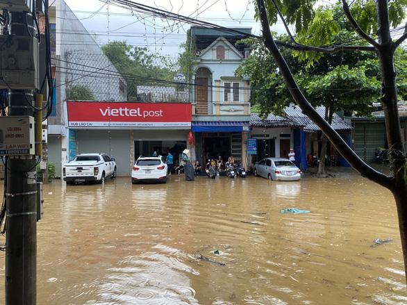 Mưa lớn khiến nhiều tuyến đường tại thành phố Lào Cai ngập trong biển nước - Ảnh 2.