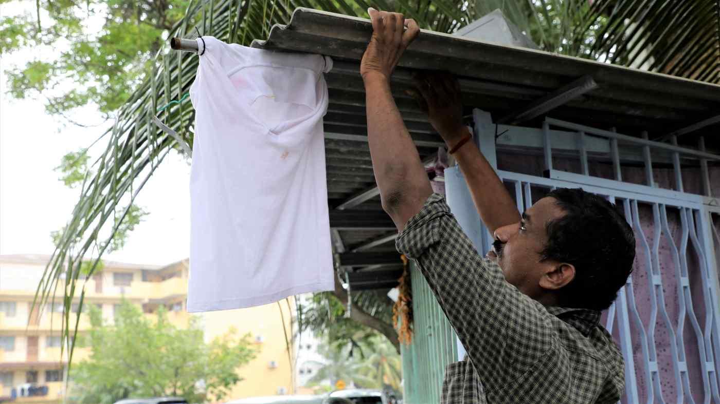 """Người nghèo Malaysia kêu cứu, """"treo cờ trắng đầu hàng"""" đại dịch - Ảnh 1."""
