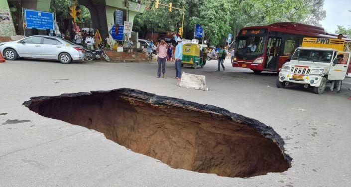 Hố sụt khổng lồ xuất hiện trên đường phố ở New Delhi, Ấn Độ - Ảnh 1.