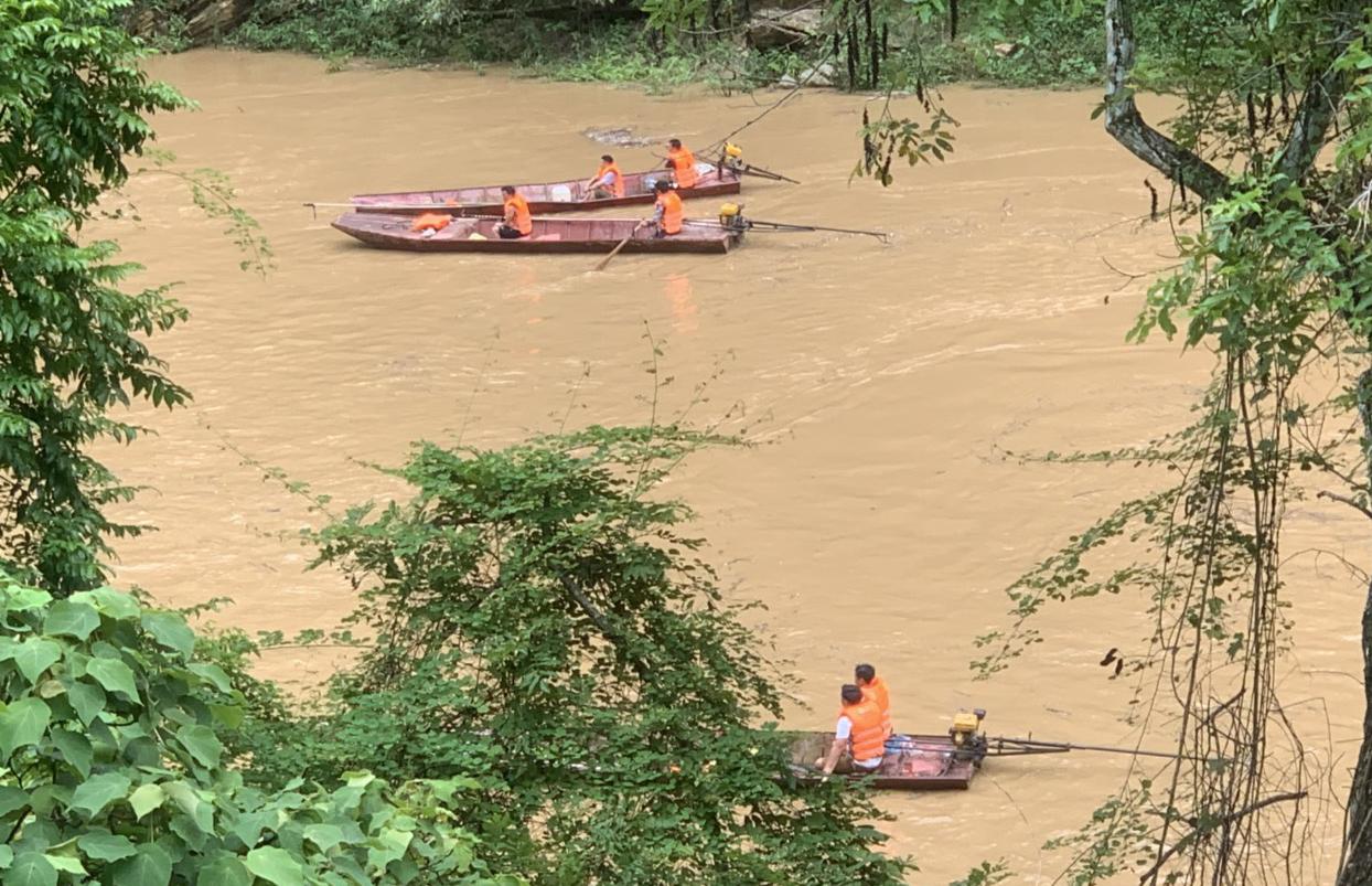 Lào Cai: Lật thuyền trên sông Chảy, một người đàn ông bị lũ cuốn mất tích - Ảnh 1.