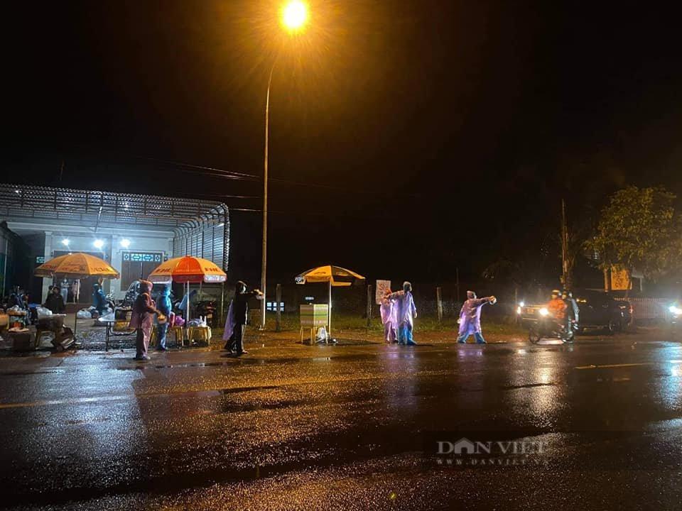 Đắk Nông: Nhóm thiện nguyện dầm mưa trắng đêm tặng suất ăn cho người dân về từ tâm dịch - Ảnh 2.
