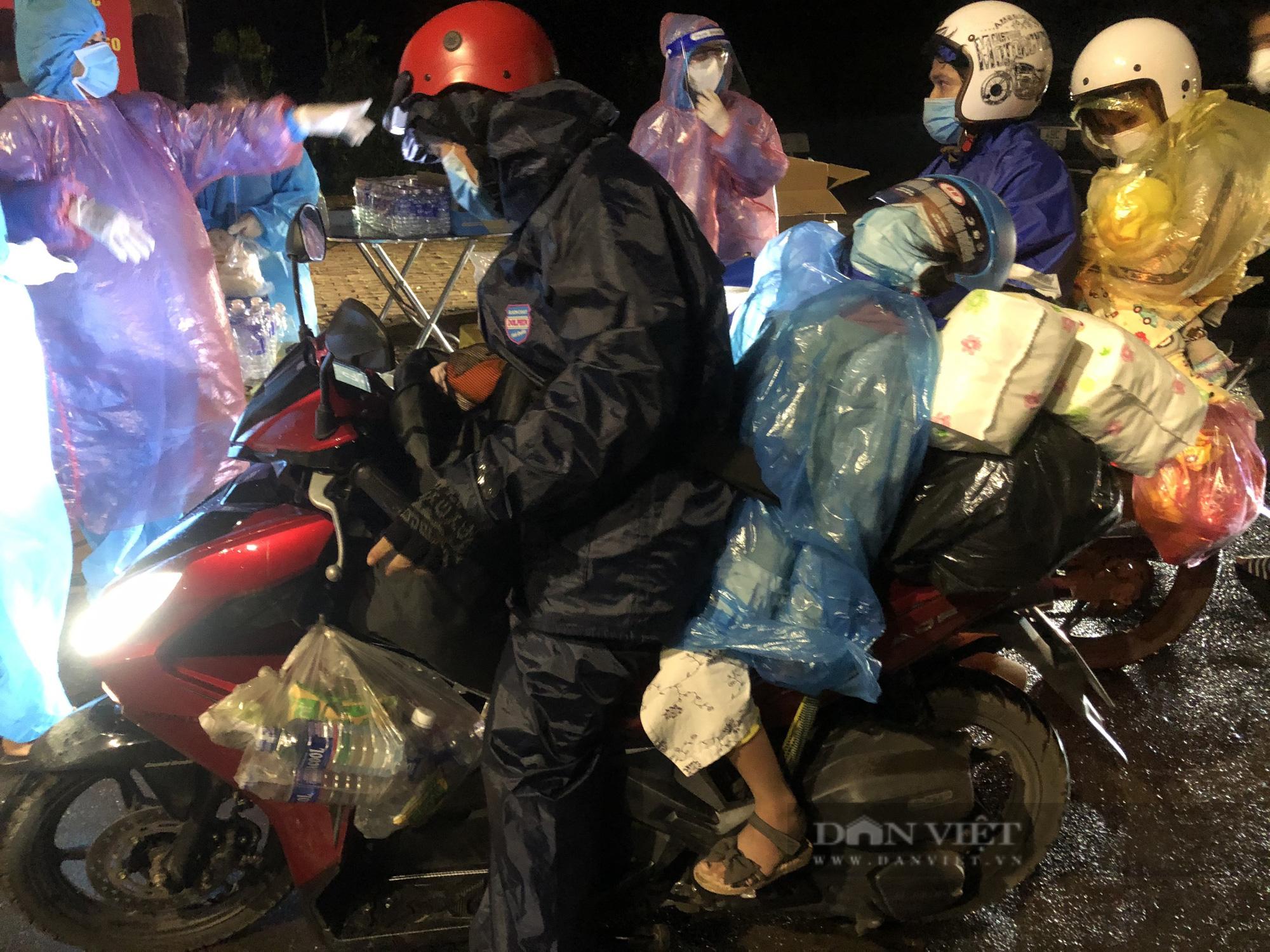 Đắk Nông: Nhóm thiện nguyện dầm mưa trắng đêm tặng suất ăn cho người dân về từ tâm dịch - Ảnh 3.