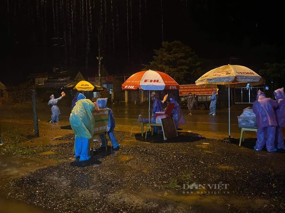 Đắk Nông: Nhóm thiện nguyện dầm mưa trắng đêm tặng suất ăn cho người dân về từ tâm dịch - Ảnh 5.