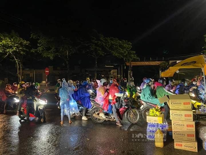 Đắk Nông: Nhóm thiện nguyện dầm mưa trắng đêm tặng suất ăn cho người dân về từ tâm dịch - Ảnh 6.