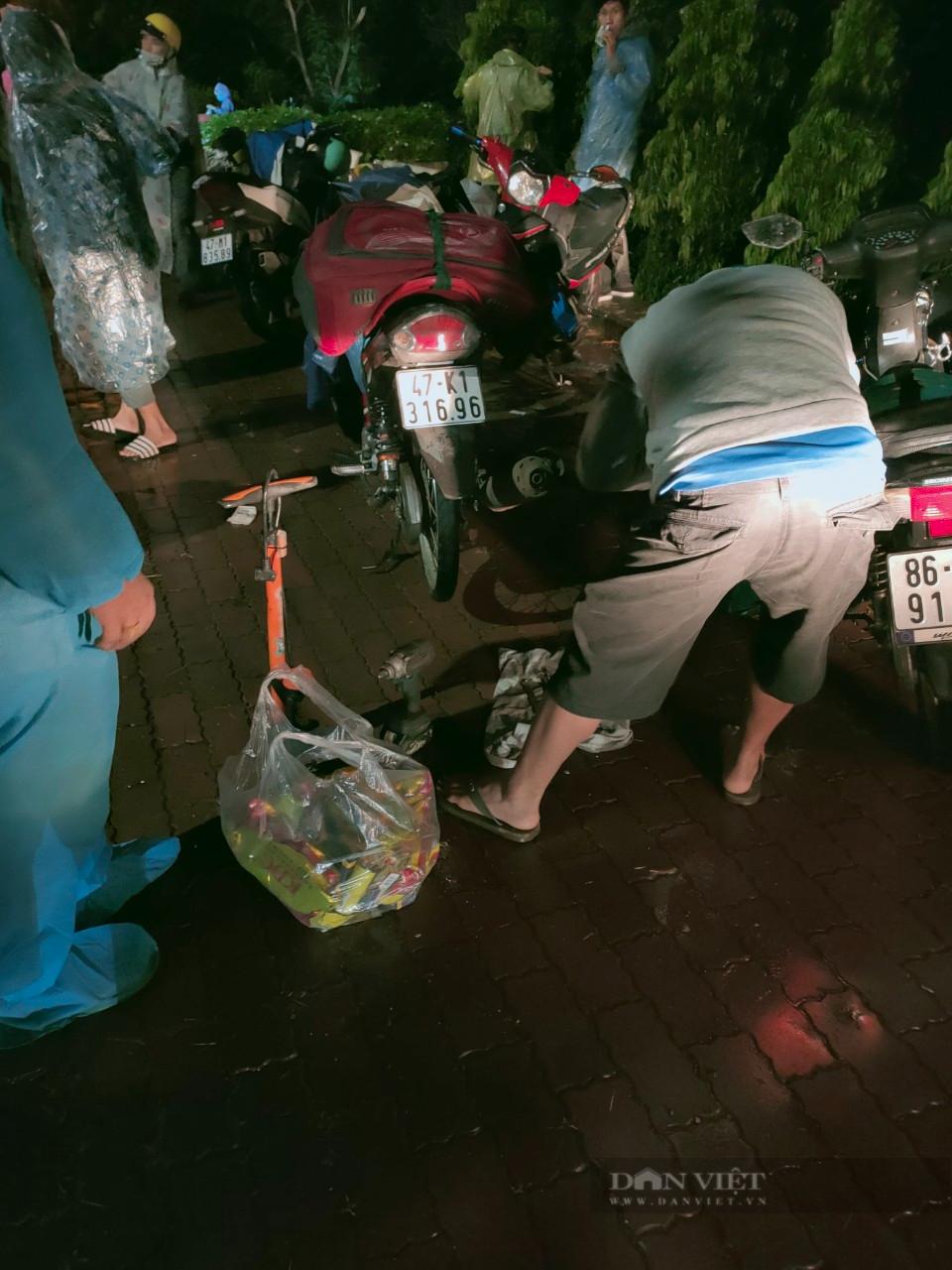 Đắk Nông: Nhóm thiện nguyện dầm mưa trắng đêm tặng suất ăn cho người dân về từ tâm dịch - Ảnh 7.