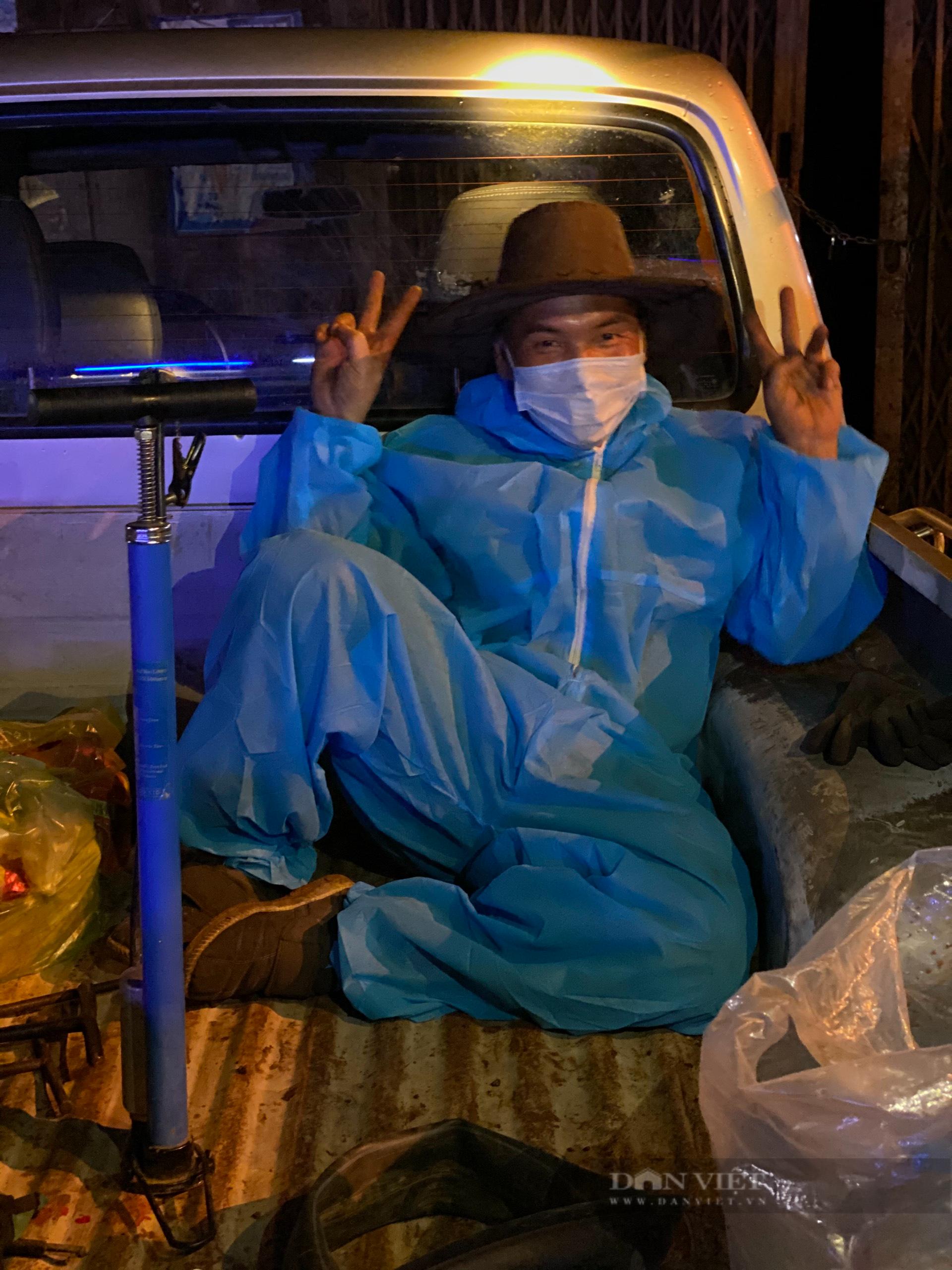 Đắk Nông: Nhóm thiện nguyện dầm mưa trắng đêm tặng suất ăn cho người dân về từ tâm dịch - Ảnh 9.