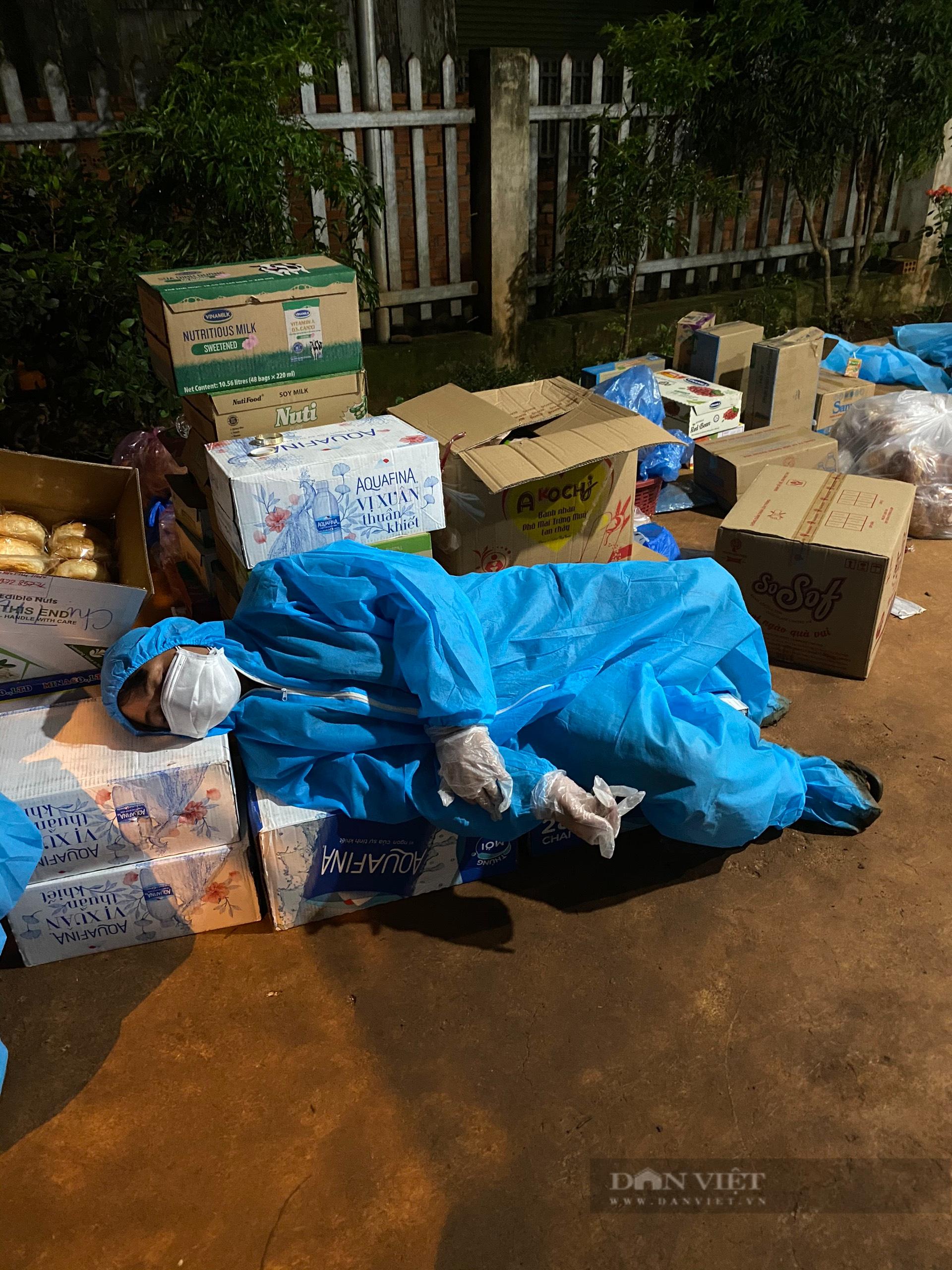 Đắk Nông: Nhóm thiện nguyện dầm mưa trắng đêm tặng suất ăn cho người dân về từ tâm dịch - Ảnh 10.