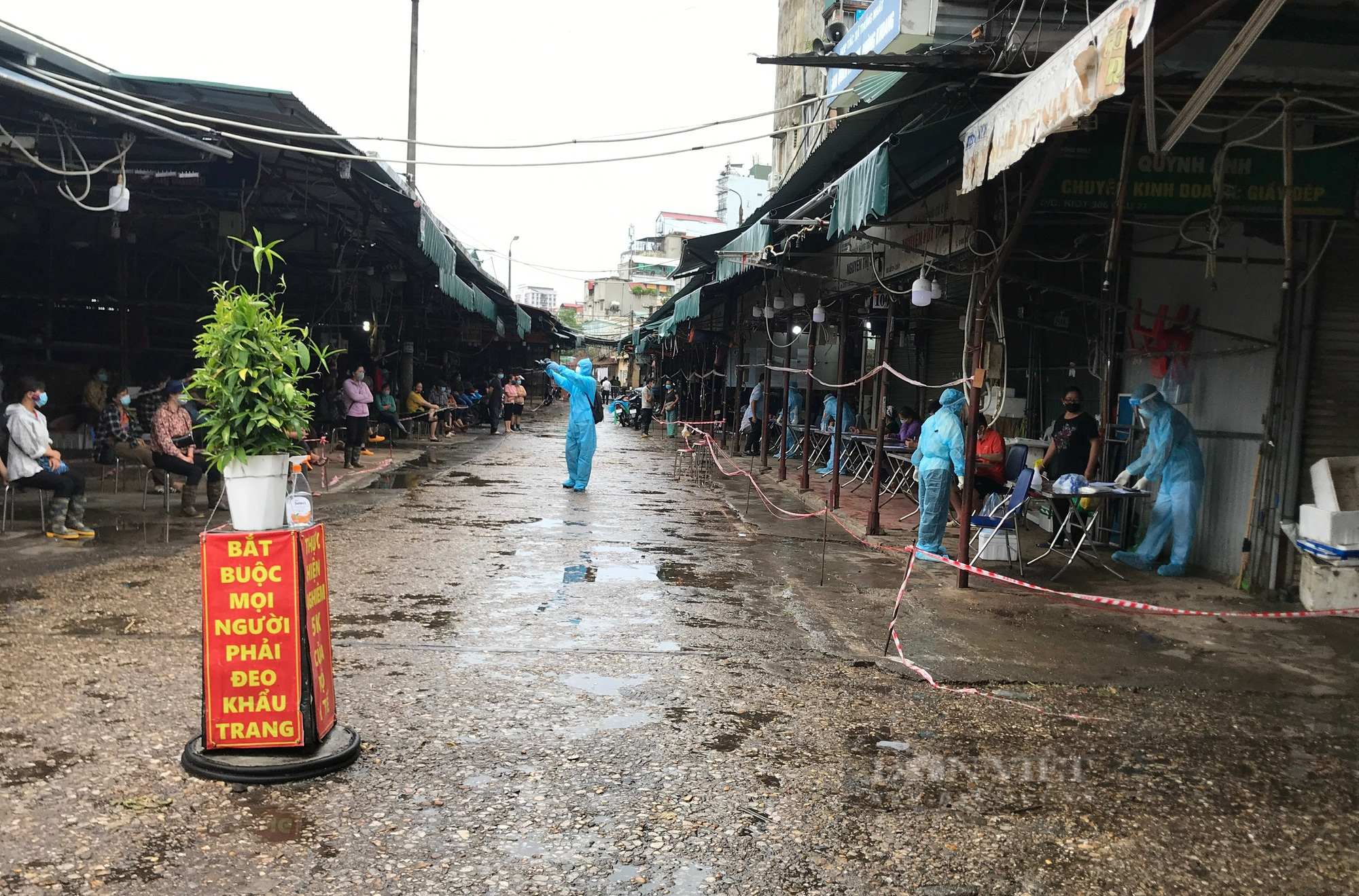 Hà Nội: Tạm dừng hoạt động chợ Phùng Khoang, xét nghiệm hàng trăm tiểu thương sau khi người bán rau nhiễm Covid-19 - Ảnh 1.